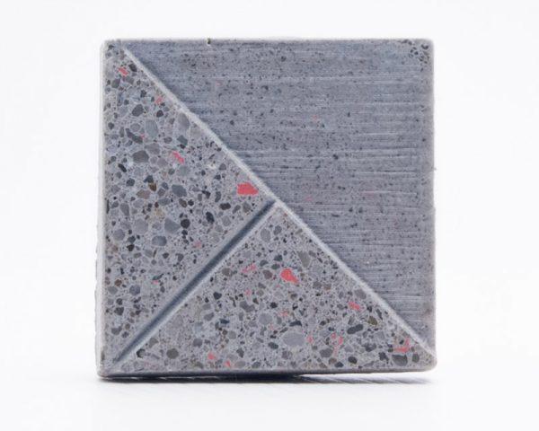 Szürke beton mandzsettagomb piros szemcsékkel