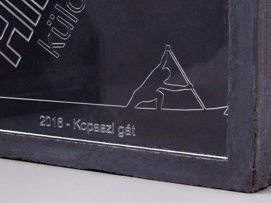 Concrete and engraved acryl trophy for special award