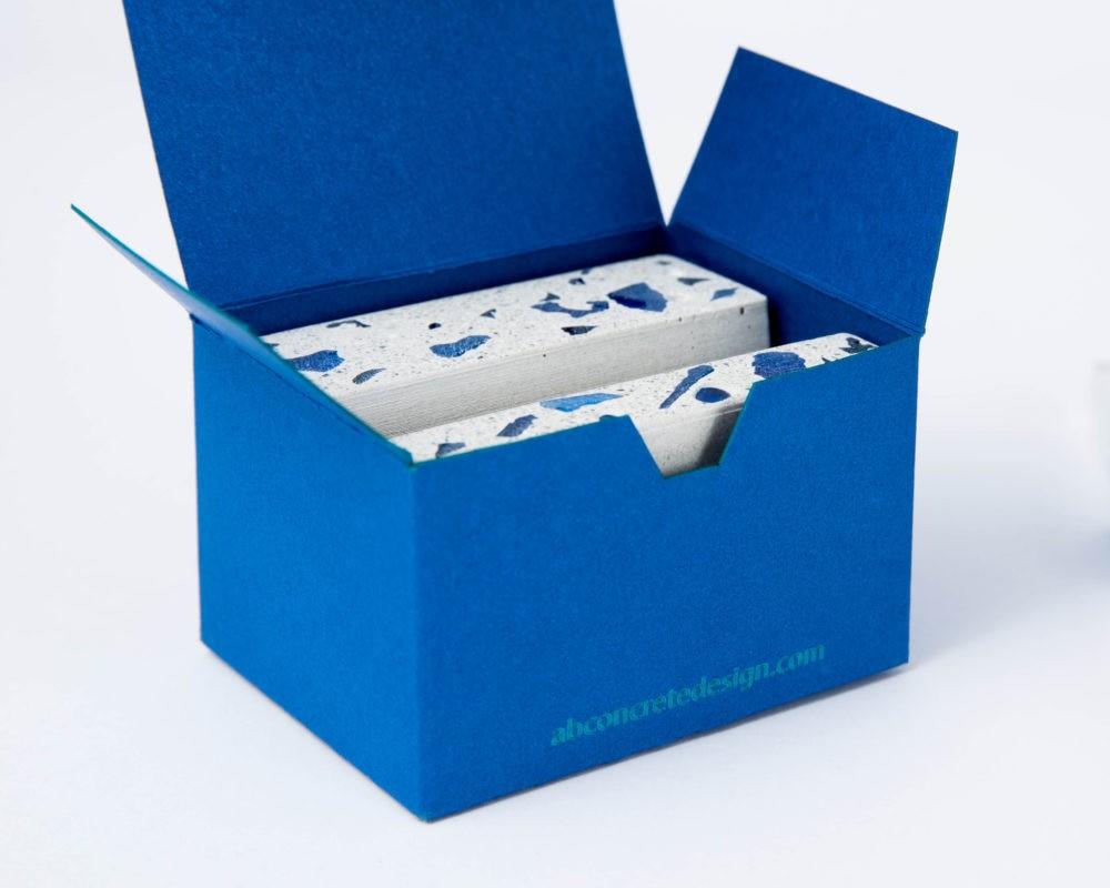 Egyedi beton céges ajándék a cég arculatához igazított karton díszdobozban